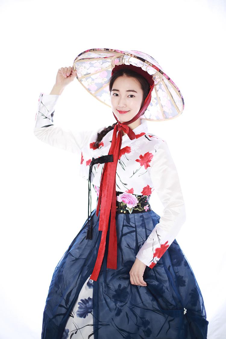 韩服介绍: 传统韩服的秀美,艳丽和古典的韵味不光韩国女生喜欢,也赢得了国外各地哈韩爱好者的喜爱。到韩国旅游,除了吃美食和购物之外,拍一套美美的韩服写真也是不可错过的一项体验。很多人到韩国,都会找一家韩服照相馆,穿上几身韩服、拍一套韩服写真过把瘾。 韩服是韩国的传统服装。近代逐渐被洋服替代,只有在节日和有特殊意义的日子里才穿。女式韩服是短上衣搭配宽长的裙子, 看上去优雅而又温柔;男式韩服则是裤子,搭配短上衣、背心或马甲,精神而又有品位。白色是韩服的基本色, 随季节、身份的不同,材料和色彩会不尽相同。 韩服的