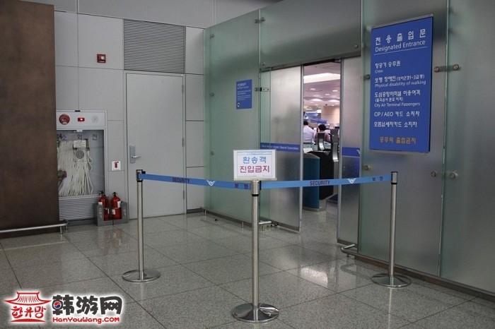 韩国首尔火车站机场航站楼办理登机出境手续和行李