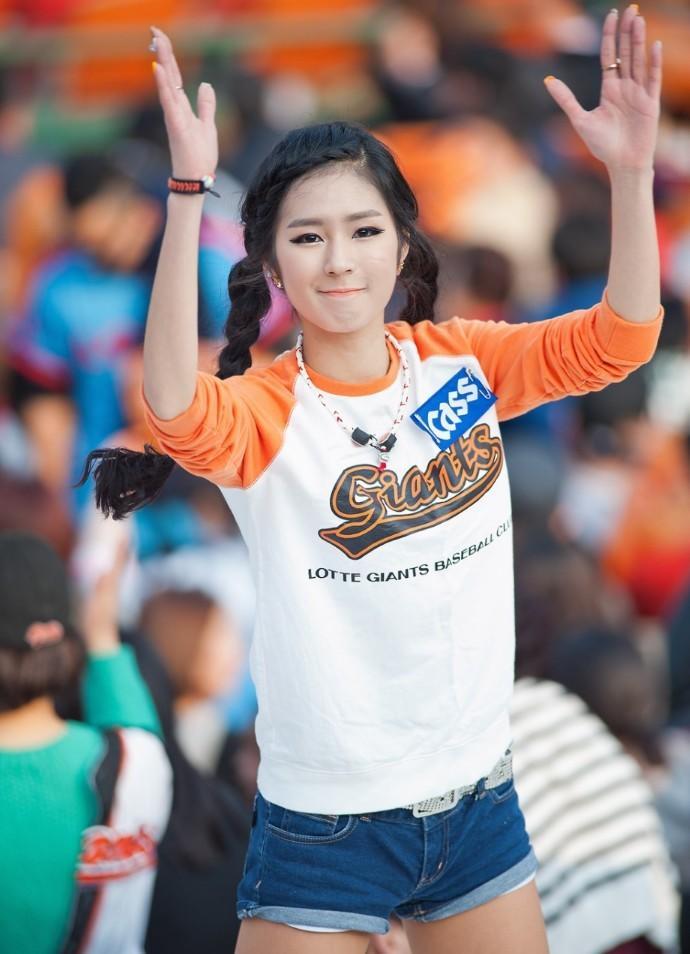 被誉为韩国棒球女神的釜山乐天棒球队拉拉队长朴姬兰
