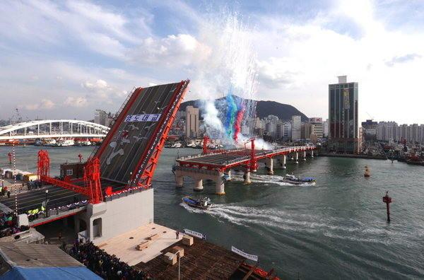 韩国釜山影岛大桥时隔47年重新开通